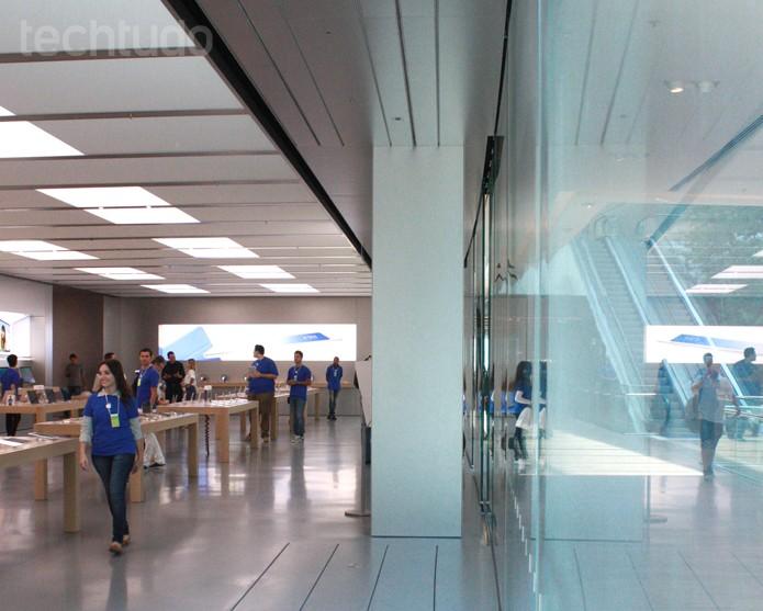 Vitrine curva da Apple Store (Foto: Allan Melo / TechTudo)