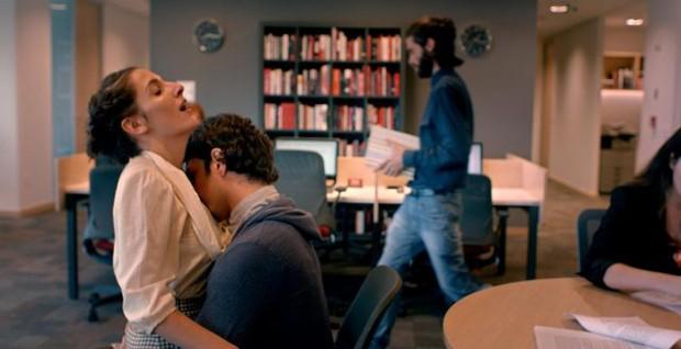 Clarice Falcão interpreta uma editora que fantasia em cima das mensagens trocadas com um colega (Foto: Hysteria)