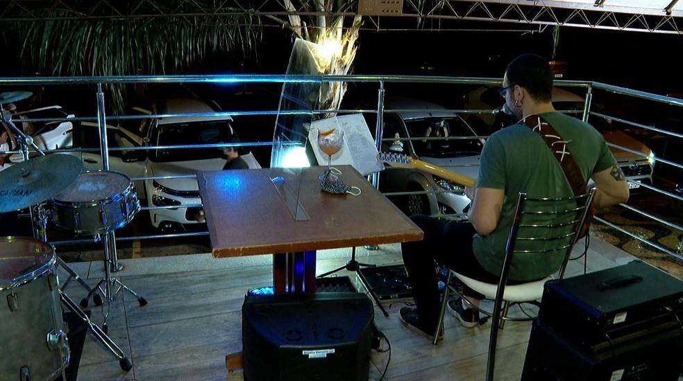 Show em bar durante pandemia de Covid-19 — Foto: José Augusto Júnior/EPTV