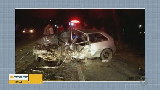 Carros batem de frente e três ficam feridos em rodovia de Socorro