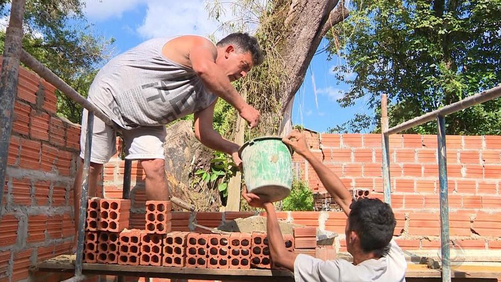Comunidade se engajou na causa e decidiu ajudar na construção — Foto: Reprodução/RBS TV
