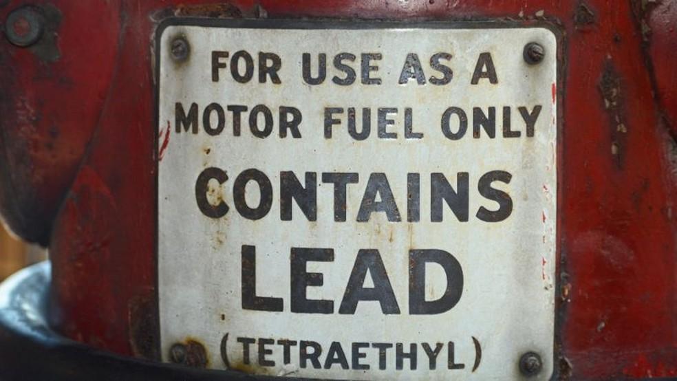 """Antigo posto de gasolina nos Estados Unidos que vendia gasolina com chumbo, """"lead"""" em inglês. O Tetraetilchumbo (chumbo tetraetila) foi adicionado à gasolina como um antidetonante — Foto: Getty Images via BBC"""