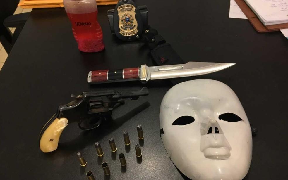 Máscara usada no crime, assim como arma foram apreendidos (Foto: Paula Resende/ G1)