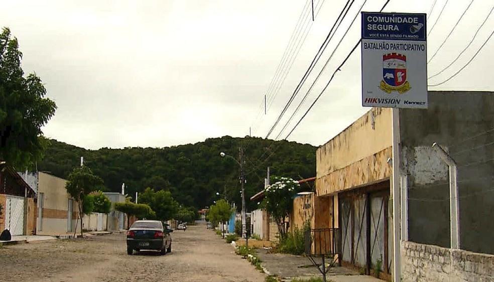 Com medo de assaltos, os moradores do conjunto Morro Branco mantêm base policial (Foto: Reprodução/Inter TV Cabugi)