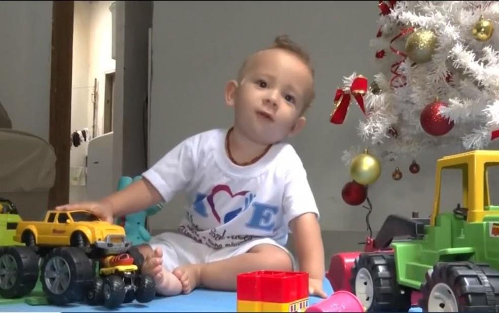 Família de bebê com atrofia muscular consegue dinheiro para comprar remédio mais caro do mundo — Foto: Reprodução/TV Sudoeste