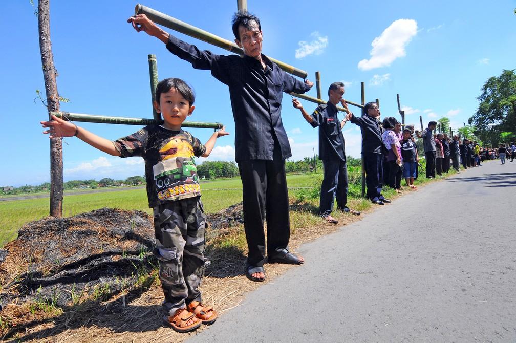 Fiéis carregam cruzes como parte da procissão que marca a Sexta-feira Santa em Klaten, na Indonésia (Foto:  Antara Foto/Aloysius Jarot Nugroho/via REUTERS)