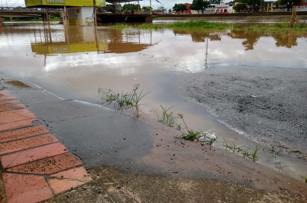Manancial está a 37 centímetros de atingir a cota de transbordamento, em Rio Branco — Foto: Quésia Melo/G1