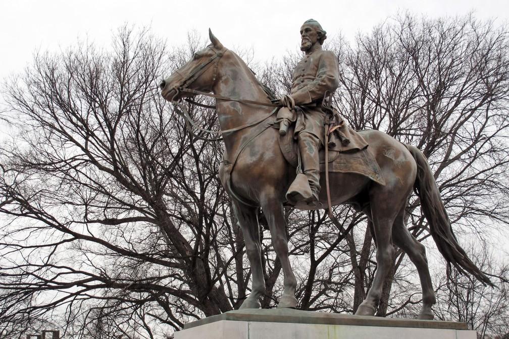Foto de 6 de fevereiro de 2013 da estátua de Nathan Bedford Forrest, um dos primeiros líderes da Ku Klux Klan, sobre um pedestal de concreto em um parque em Memphis, no estado do Tennessee. Os restos mortais do general confederado e traficante de escravos serão desenterrados e transferidos para um museu. — Foto: Adrian Sainz/AP