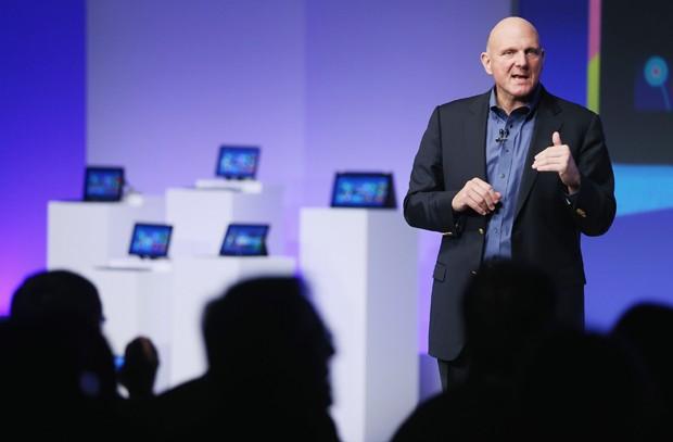 Sob o ex-CEO Steve Ballmer, o Windows 8 foi anunciado em 2012 como uma aposta: que telas sensíveis ao toque dominariam muito além dos smartphones (Foto: Getty Images)
