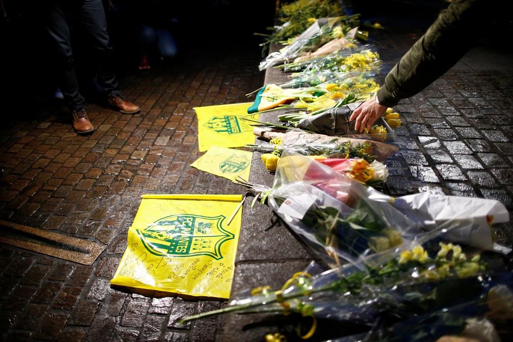 Fãs colocam flores amarelas no centro da cidade de Nantes, na França, após desaparecimento de avião que transportava o jogador argentino Emiliano Sala — Foto:  Stephane Mahe/ Reuters