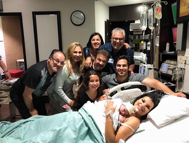 Ângela Bismarchi visita Juliane Almeida na maternidade nos Estados Unidos (Foto: Divulgação)