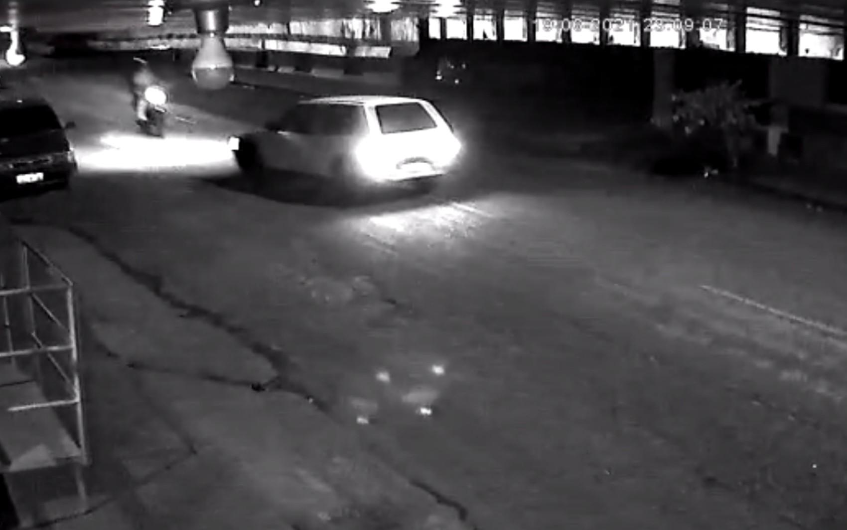 Carro invade a contramão, atinge motociclista e garupa 'voa' por cima do veículo, em Joviânia; vídeo