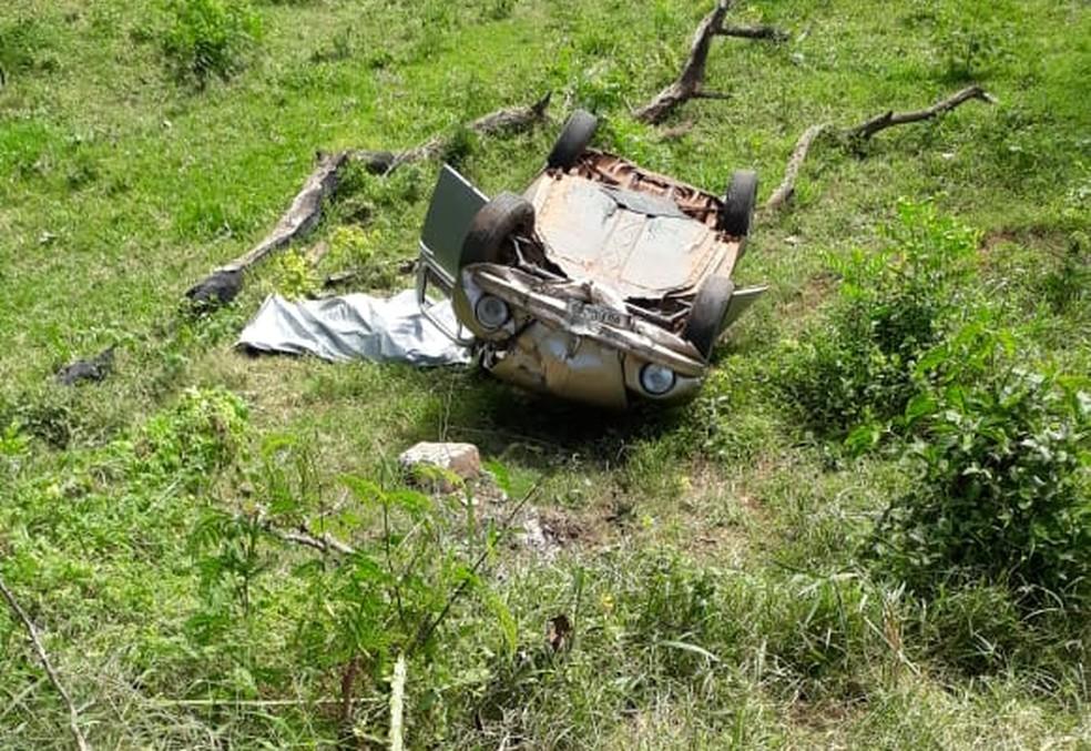 Motorista morre ao cair com o carro em barranco em Lins — Foto: Divulgação/J. Serafim