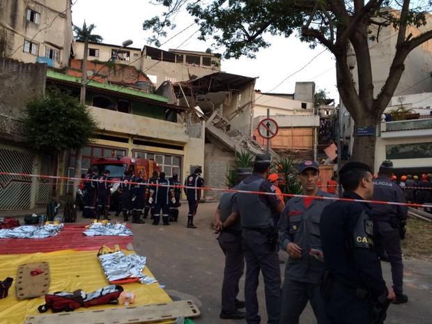Bombeiros buscam vítimas de acidente em Diadema (Foto: Glauco Araújo/G1)