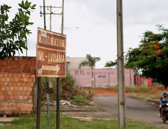 A morte ronda Renilson: além de trabalhar em funerária, ele mora na vizinhança do Instituto Médico-Legal (Foto: Michel Filho)