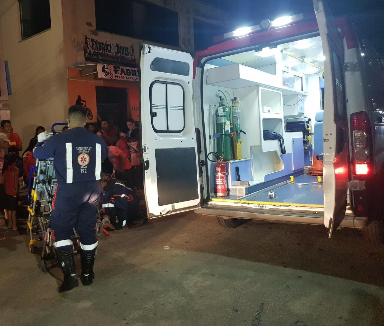 Mulher é atropelada por motociclista em alta velocidade quando seguia para casa com a filha em Fortaleza