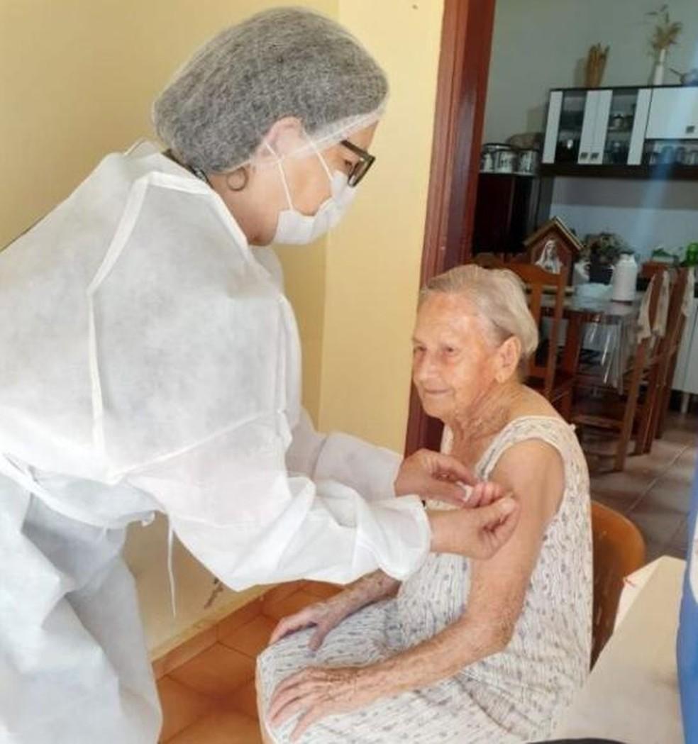 Idosa já havia recebido as duas doses da vacina em Palmital  — Foto: Prefeitura de Palmital/ Divulgação