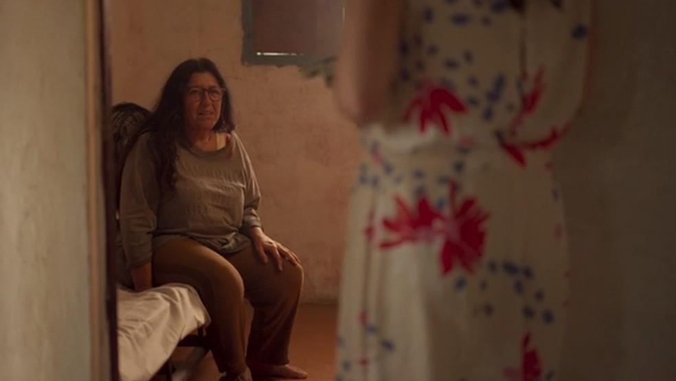 Lurdes não acredita que está morta — Foto: Globo