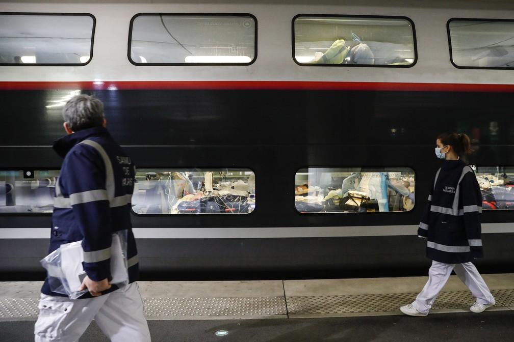 Pacientes são transportados de Paris para regiões menos afetadas na França — Foto: Thomas Samson/AP Photo