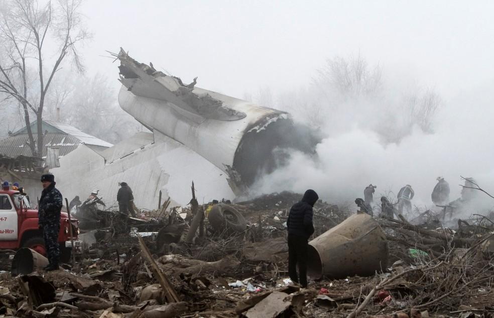 Equipes de resgate no local da queda de um avião de carga turco perto do aerporto de Manas, perto de Bishkek, no Quirguistão (Foto: Vladimir Pirogov/Reuters)