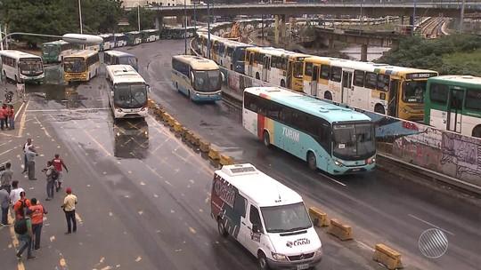 Rodoviários param ônibus na Av. ACM e ato bloqueia trânsito por mais de 5h em Salvador