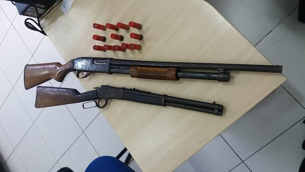A Polícia apreendeu duas armas que estavam sendo transportadas pelos suspeitos e seriam usadas em assaltos a bancos. (Foto: Reprodução / Polícia Civil)