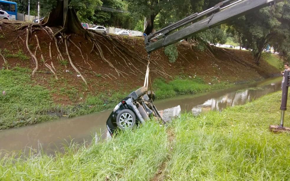 Carro foi retirado do local com auxílio de guincho (Foto: Arquivo Pessoal)