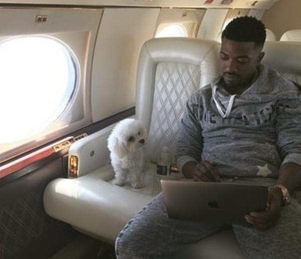 O rapper Ray J com o cachorrinho que foi sequestrado (Foto: Instagram)