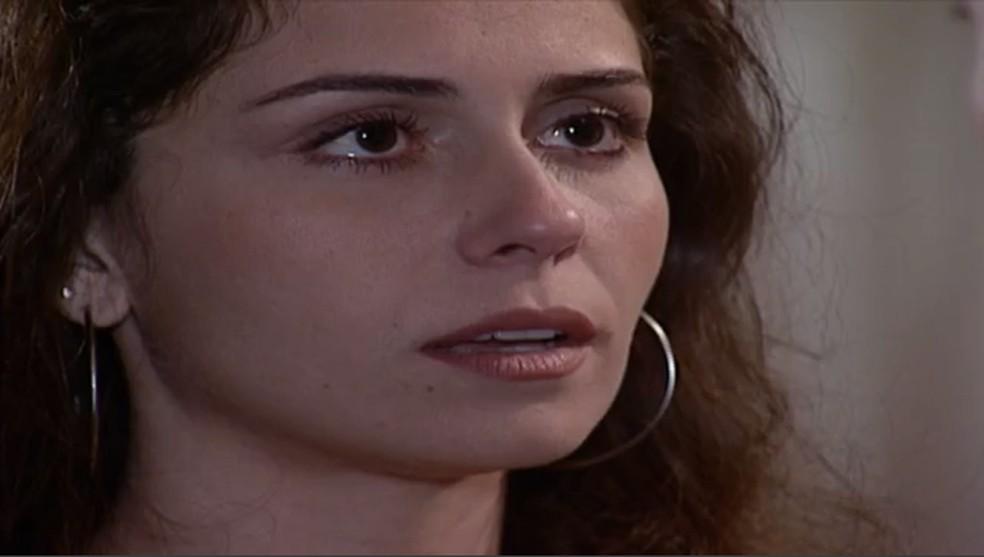 Pressionada por Helena (Vera Fischer), Capitu (Giovanna Antonelli) conta o seu segredo a Fred (Luigi Baricelli), em 'Laços de Família' — Foto: TV Globo