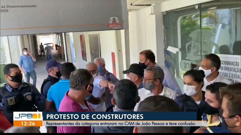 Profissionais da construção civil protestaram na sede da prefeitura de João Pessoa — Foto: Reprodução/TV Cabo Branco/Ecliton Monteiro