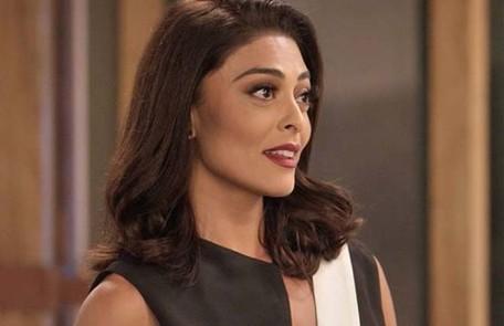 Na quinta (20), Hugo (Orã Figueiredo) anuncia que comprou a Totalmente Demais e Carolina (Juliana Paes) faz retorno triunfal como diretora de redação da revista TV Globo