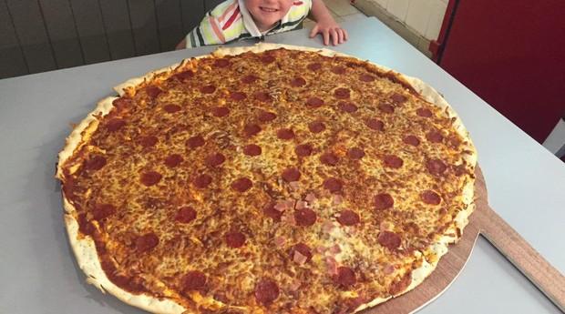 Pizza gigante: quem comer a redonda em menos de 32 minutos ganha R$ 2 mil (Foto: Divulgação)