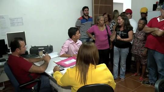 Servidores aposentados e pensionistas de Atalaia, AL, protestam por atraso de meses no pagamento dos salários