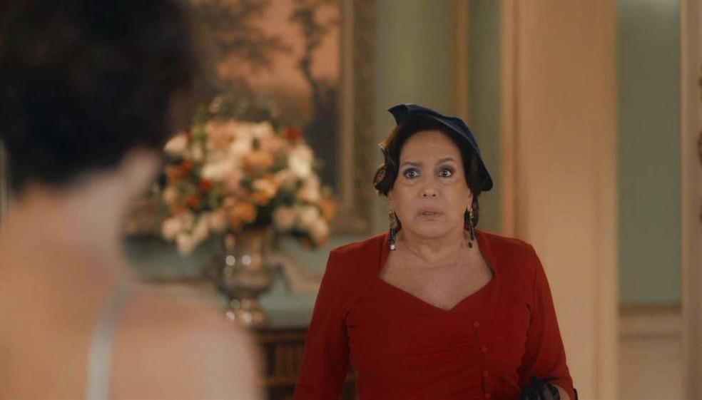 Emília (Susana Vieira) flagra Adelaide (Joana de Verona) e Alfredo (Nicolas Prattes) em 'Éramos Seis' — Foto: Globo