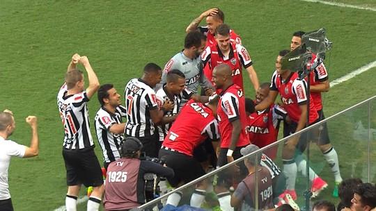 """Apesar dos erros e sustos nos últimos dois jogos, Elias e Fábio Santos defendem saída de bola sem """"chutão"""" no Atlético-MG"""