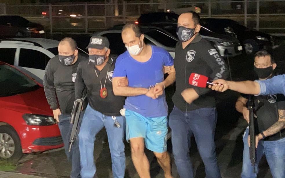 Suspeito de assassinar a miss Kimberly Karen Mota, de 22 anos, Rafael Rodrigues, chegou a Delegacia Especializada em Homicídios e Sequestros (DEHS), em Manaus, no sábado (16). — Foto: Patrick Marques/G1 AM