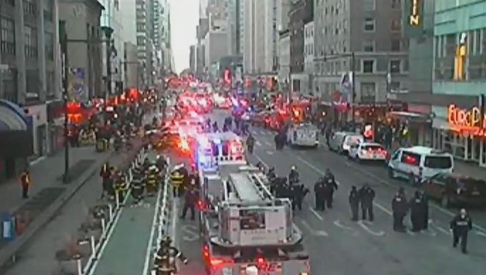 Times Square, em Nova York, após relatos de explosão perto de terminal de ônibus nos arredores (Foto: NBC)