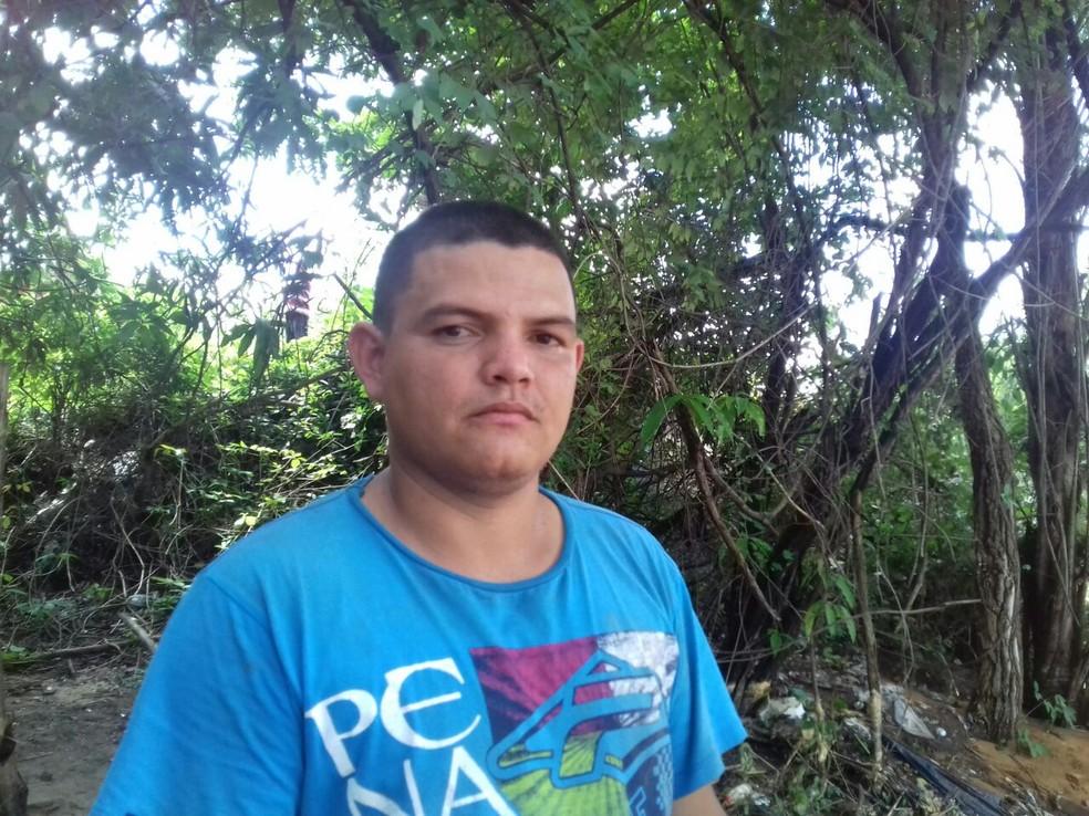 Caminhoneiro Carlos Luiz sentiu o asfalto ceder  (Foto: Catarina Costa/G1 PI)
