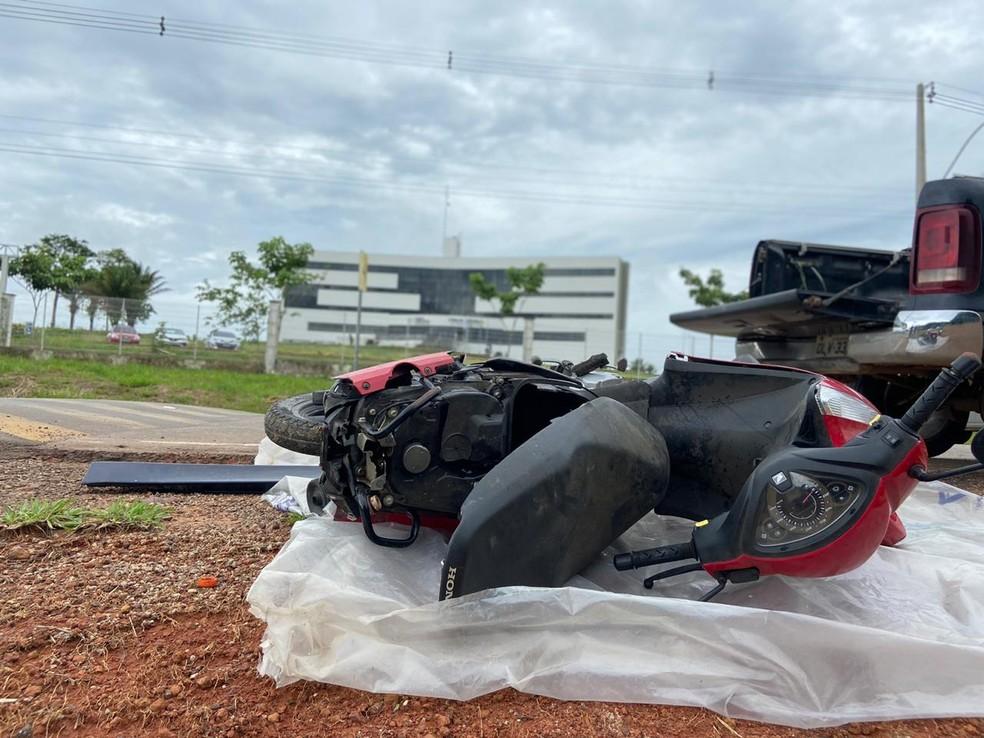 Com moto caída em frente à Cidade da Justiça, representando o acidente, família de Johnliane pede Justiça — Foto: Tálita Sabrina/Rede Amazônica