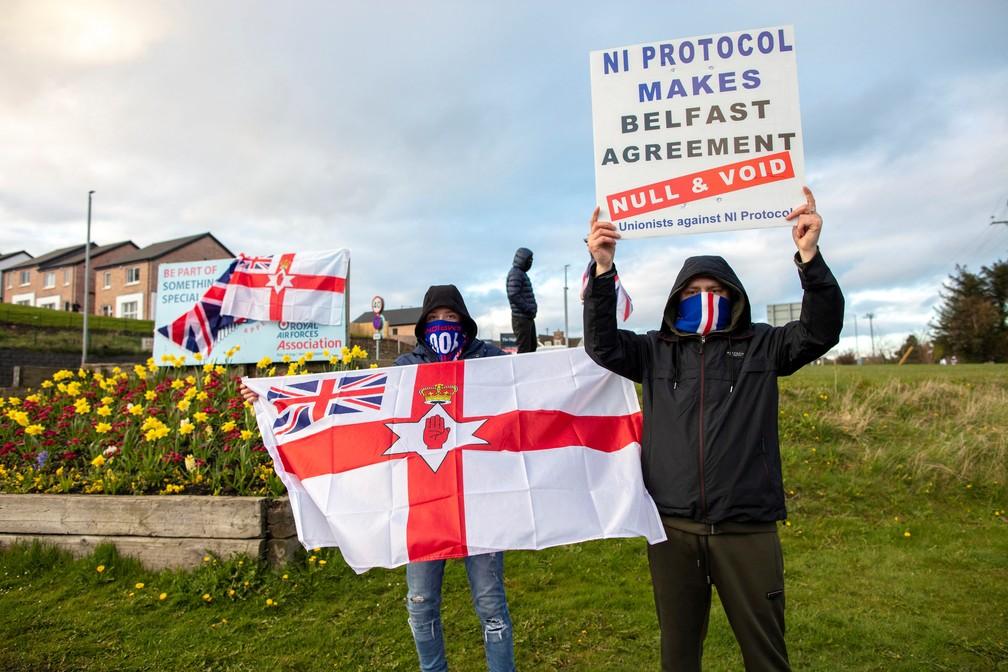 Manifestantes pró-Reino Unido protestam na terça-feira (6) contra protocolo sobre a Irlanda do Norte feito para resolver impasse da fronteira irlandesa com o Brexit — Foto: Paul Faith/AFP