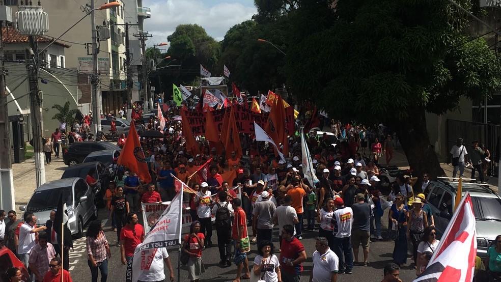 Grupo de manifestantes segue em caminhada  contra as reformas Trabalhista e da Previdência, pelas ruas de Belém. (Foto: Tarso Sarraf/O Liberal)