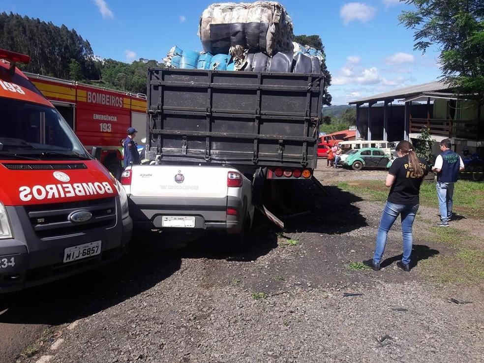 Diversas equipes estiveram no local para retirar vítima da ferragens (Foto: Endrio Francescon/Rádio Vitória)