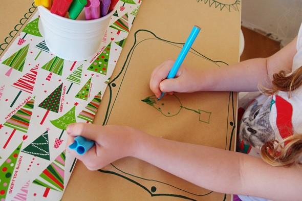 Mesa de Natal coberta com papel craft (Foto: Reprodução Childhood 101)