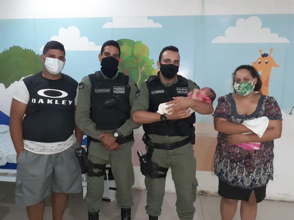 Bebê engasgada foi salva por policiais militares de Caruaru — Foto: Polícia Militar/Divulgação