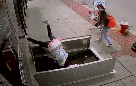 Mulher cai em buraco em calçada
