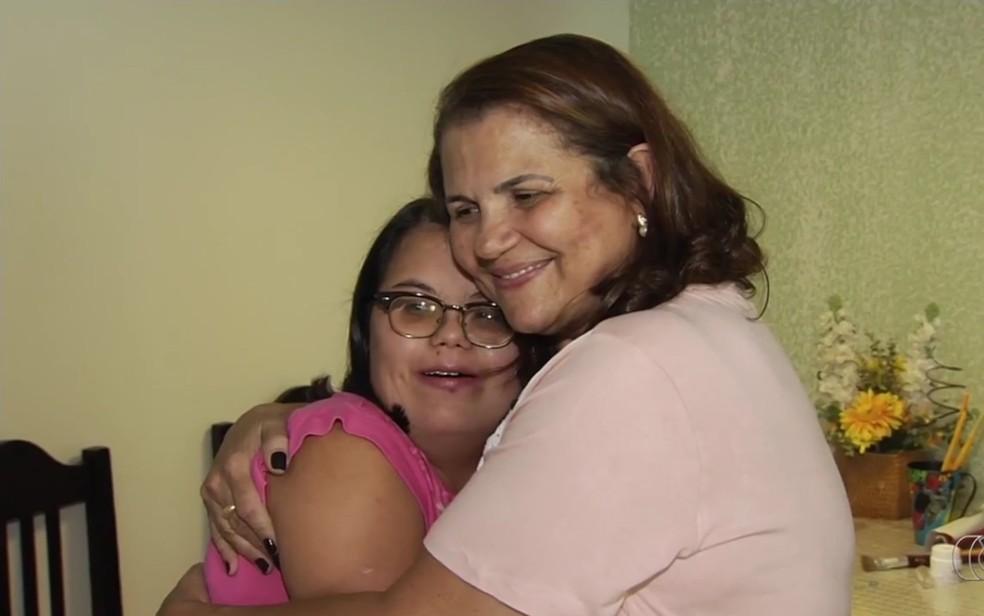 Mariana e Cirlei juntas, em Goiânia (Foto: TV Anhanguera/Reprodução)