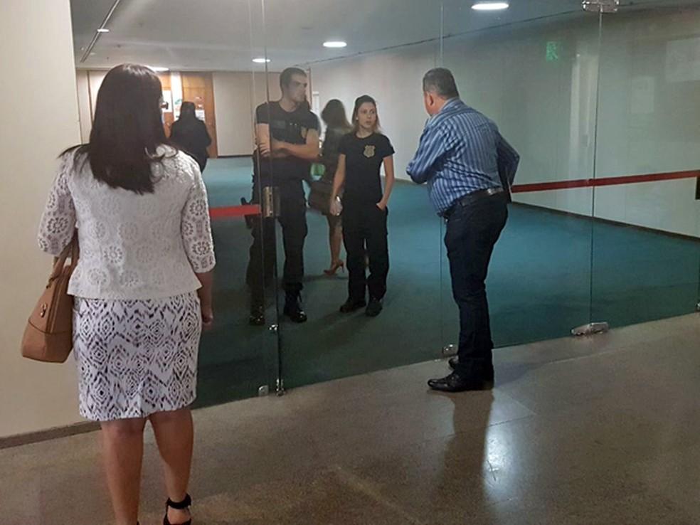 Policiais legislativos só autorizam entrada de servidores da Câmara no andar do gabinete do deputado Lúcio Vieira Lima (Foto: Paulo Oliveira, G1)