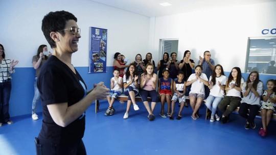 Sandra Annenberg visita a Associação da Vila Ilhéus em Barueri, São Paulo