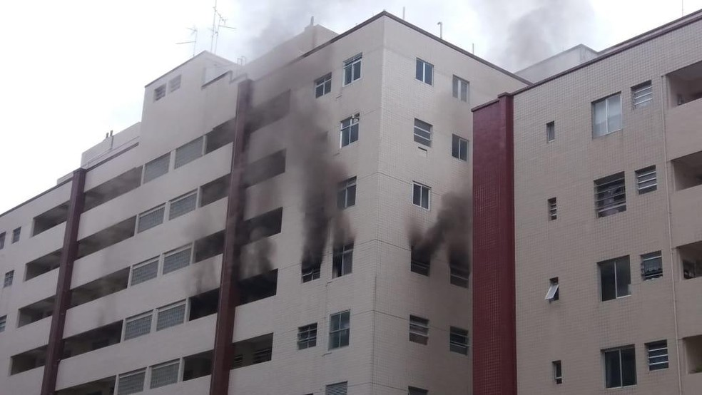Incêndio atinge apartamentos em Santos, SP, e assusta moradores  — Foto: G1 Santos