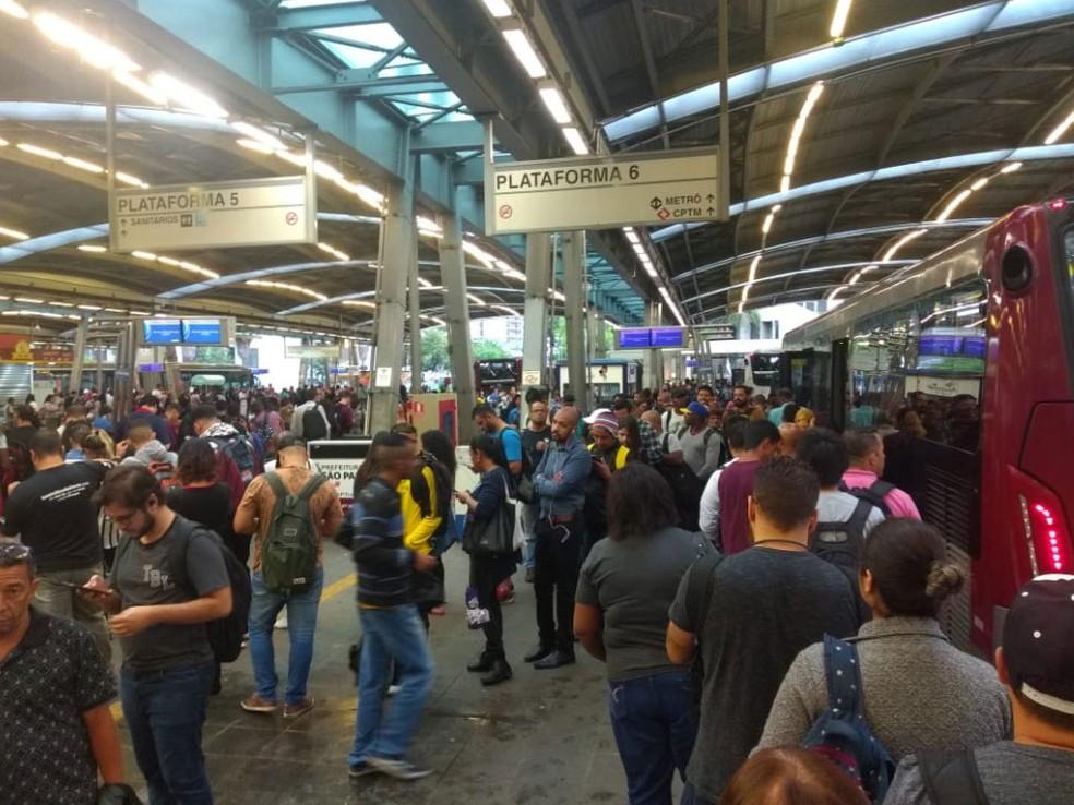 Terminal Pinheiros, na Zona Oeste da cidade, está lotado na manhã desta segunda-feira (10) — Foto: Paula Paiva Paulo/ G1